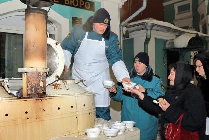 (07.01.19) Смоленские спасатели развернули Рождественскую полевую кухню