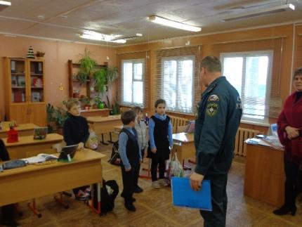 Инспекторы ГИМС проводят уроки по безопасности на льду