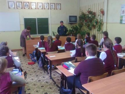 Сотрудники ГИМС провели урок безопасности у воды в Ярцевской школе