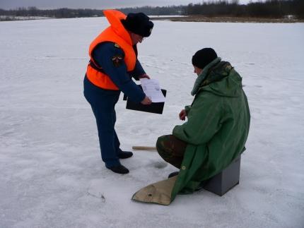 Инспекторы ГИМС ежедневно предупреждают об опасностях зимней рыбалки