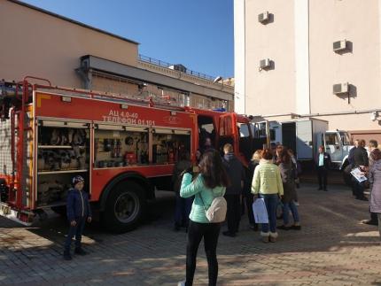 (28.09.19) Смоленские пожарные показали технику на дне открытых дверей Отделения Смоленск Банка России