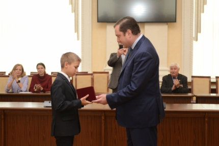(25.09.19) Губернатор Алексей Островский вручил государственную награду юному герою