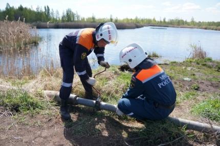 Тульские спасатели продолжают проводить обводнение торфяника в Руднянском районе (20.05.2017)