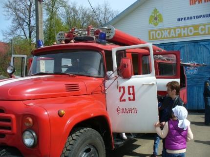 Детский сад «Улыбка» на экскурсии в пожарно-спасательной части (17.05.2017)