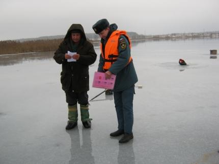Безопасного льда на водоёмах района и области сейчас нет!