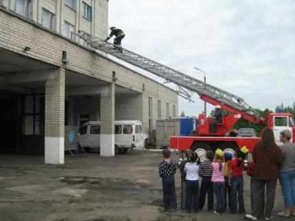 Любознательные ребята в гостях у пожарных
