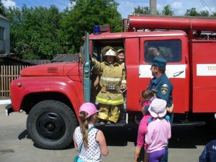 В Ельнинском районе огнеборцы провели акцию «МЧС - за безопасное детство»