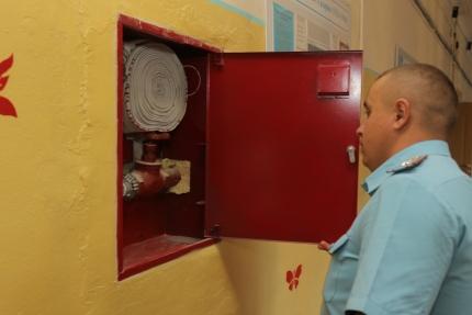 (13.08.2018) Сотрудники МЧС России проверяют готовность школ