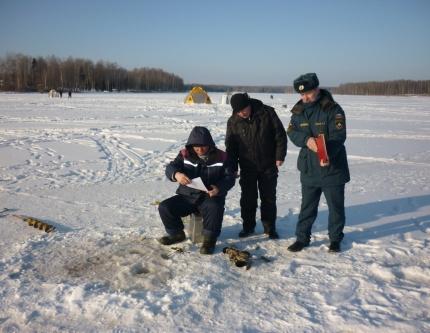 Уважаемые любители зимней рыбалки, прежде чем отправляться ловить рыбу ознакомьтесь с толщиной льда нужного водоема