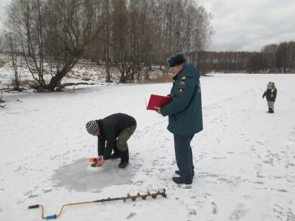 Температура воздуха на территории Смоленской области меняется с минуса на плюс, в связи с этим лед на водоёмах становится слабее