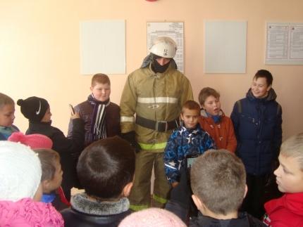 Вяземские огнеборцы показали школьникам свою физическую подготовку