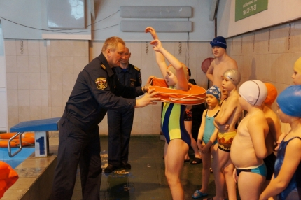 Смоленские спасатели продолжают проводить занятия в бассейне (3.03.2017)