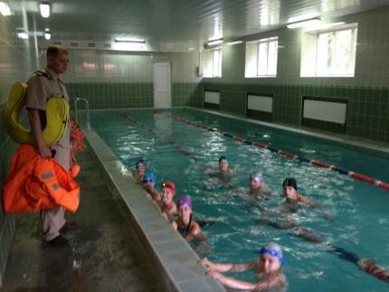 Инспекторы ГИМС обучают детей безопасному плаванию
