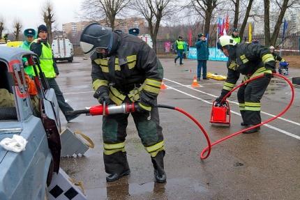 Пожарные-спасатели Смоленской области принимают участие в региональных соревнованиях по проведению аварийно-спасательных работ при ликвидации последствий ДТП (05.04.2017)