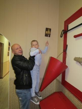 Крошка сын с отцом пришел в Центр противопожарной пропаганды