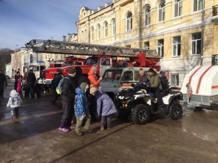 Смоленские огнеборцы проводили масленицу пожарно-спасательным флешмобом (27.02.2017)