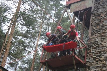 Студенты-спасатели Всероссийского студенческого корпуса спасателей отработали навыки работы по проведению поисково-спасательных работ на скальном рельефе