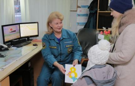 (06.03.19) Воспитанники детского сада поздравили радиотелефониста 5 пожарно-спасательной части города Смоленска с Международням женским днем