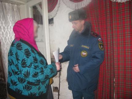(24.02.19) Сотрудники МЧС России проводят профилактические мероприятия в жилом фонде с низкой степенью пожарной устойчивости