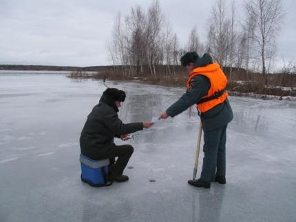 Прежде чем вооружится удочкой и отправляться к водоему, следует ознакомиться с правилами безопасного поведения на льду (13.02.2017)