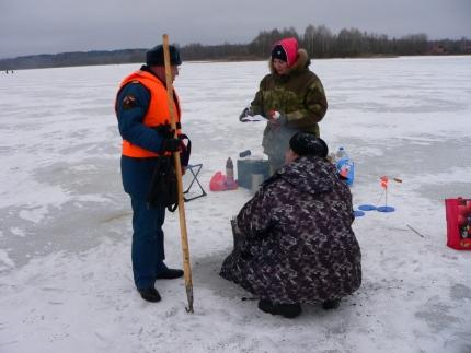 Инспектируют излюбленные места рыбаков