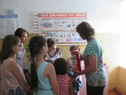 Кардымовские добровольцы рассказали детям о первичных средствах пожаротушения