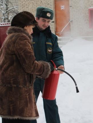 Сотрудников детского сада научили пользоваться огнетушителем