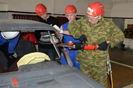Студенты-спасатели Всероссийского студенческого корпуса спасателей отработали навыки работы при ликвидации последствий ДТП