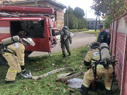 (29.09.19) Огнеборцы провели в одной из Ельнинских школ пожарно-тактические занятия
