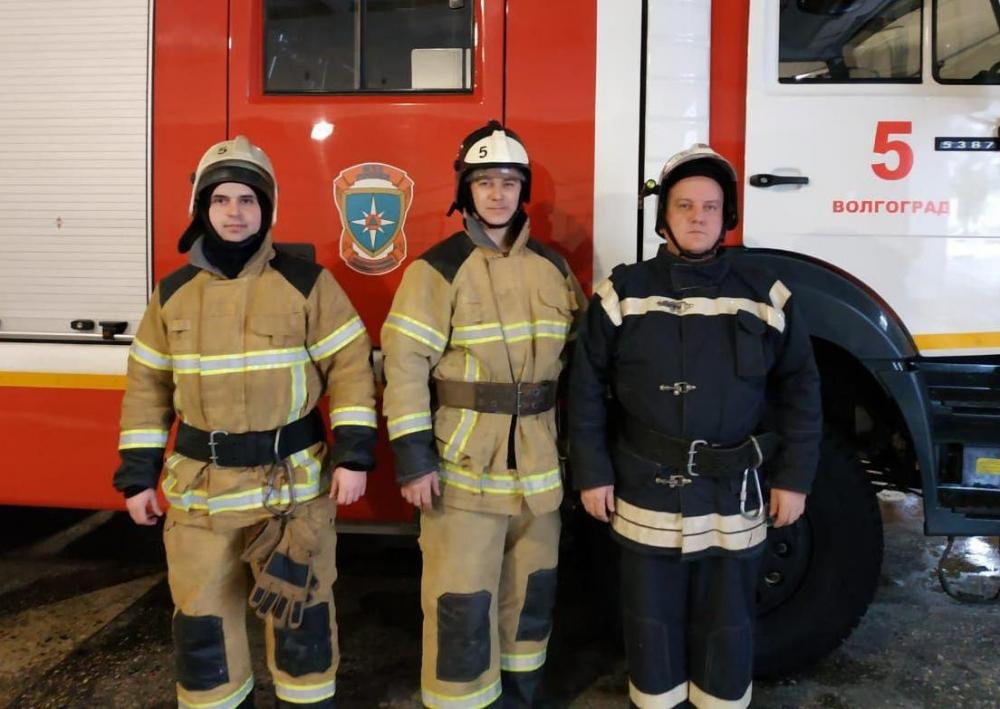 Волгоградские пожарные спасли на пожаре пять человек