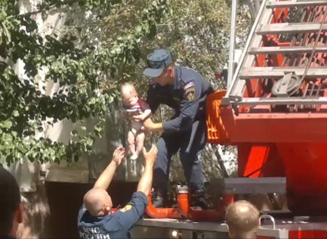 Сотрудники МЧС спасли из задымлённого подъезда жилого дома в центре г.Волгограда более 70 человек (видео)