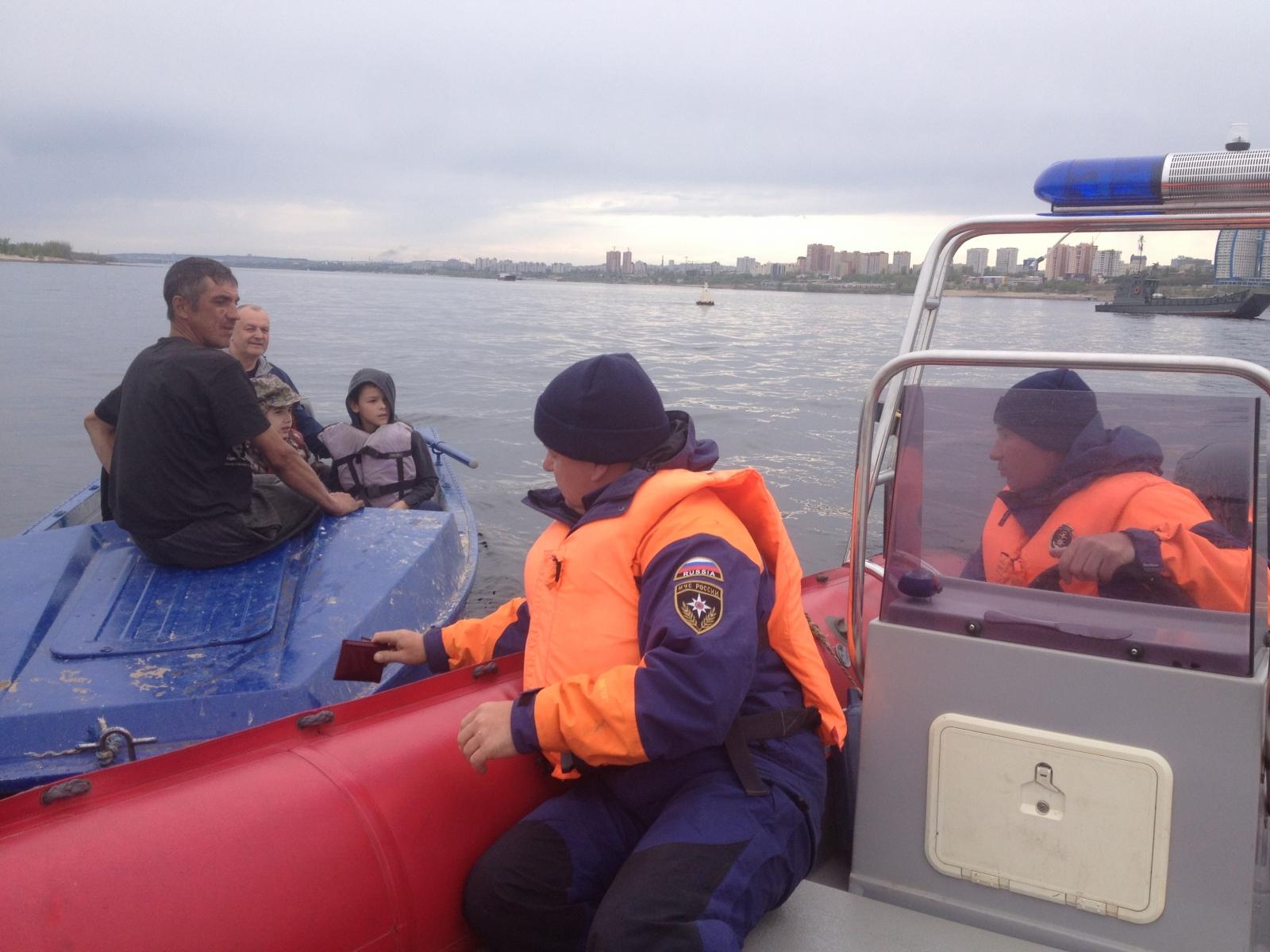 Владельцам маломерных судов и их пассажирам стоит вспомнить о правилах безопасного поведении во время отдыха на воде
