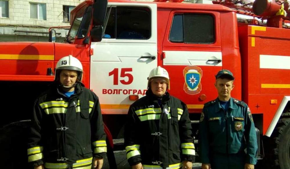 Волгоградские огнеборцы спасли семью из шести человек из горящего дома