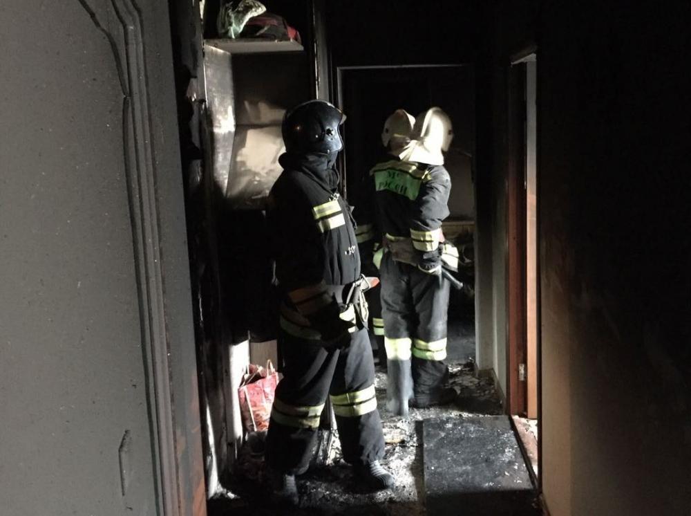 Сотрудники МЧС спасли из горящей квартиры пять человек