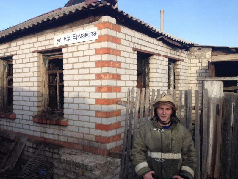 Сотрудник МЧС спас женщину из горящего дома