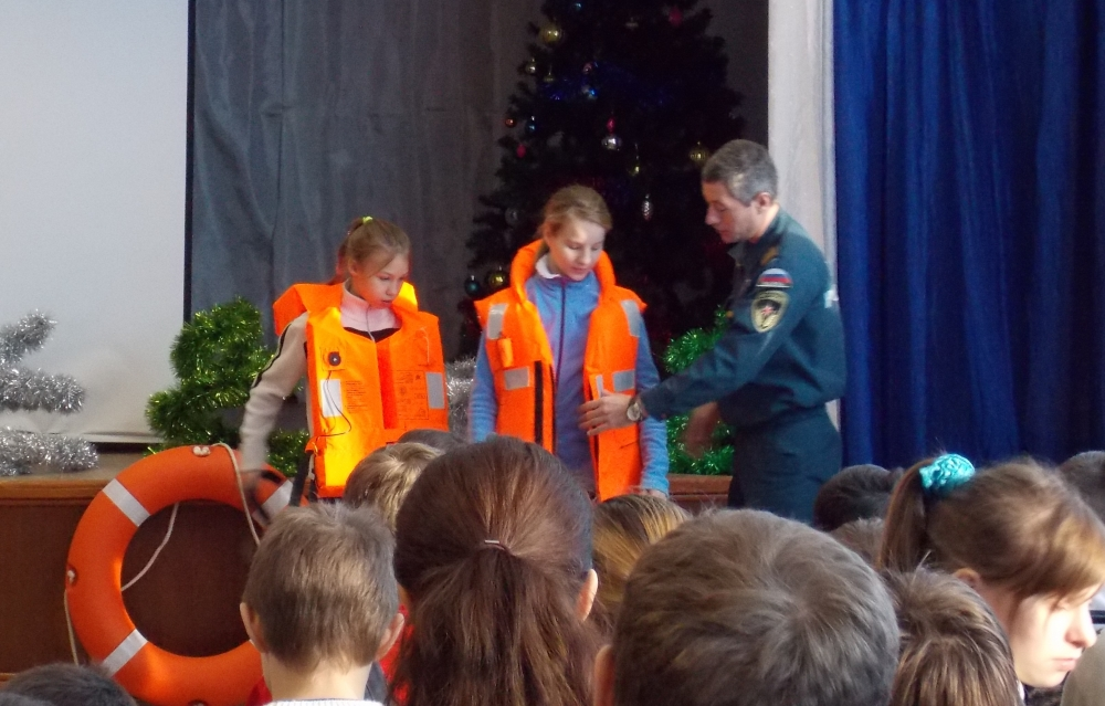 В преддверии новогодних каникул спасатели открыли секрет трёх правил волгоградским школьникам