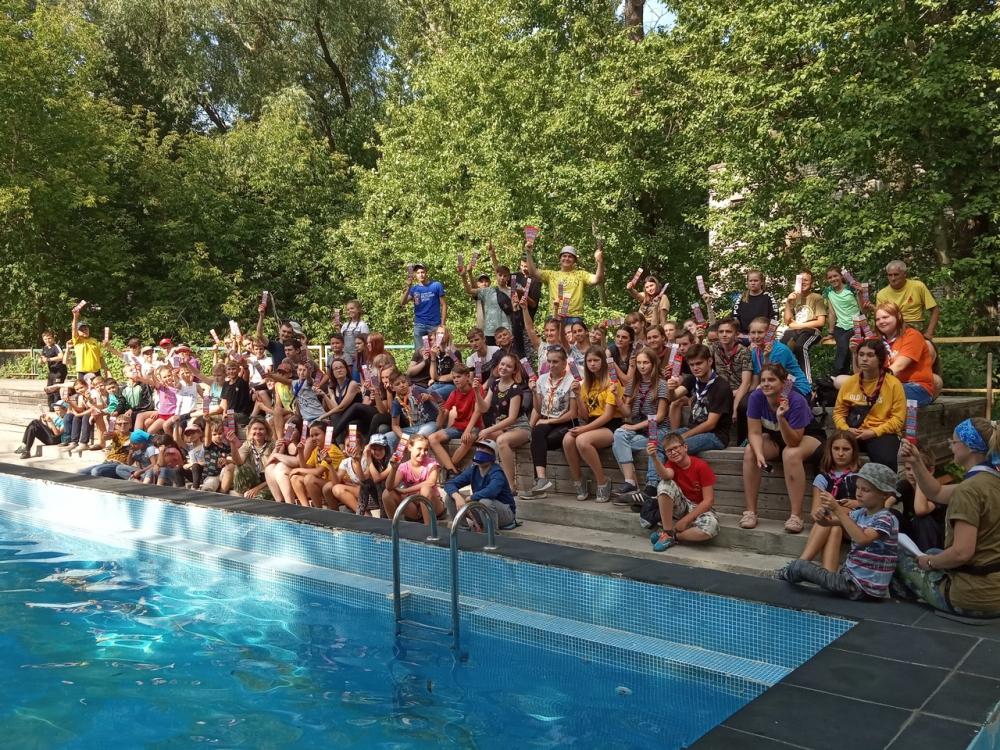 В бассейне детского лагеря «Огонёк» спасали условно утопающих и учились плавать