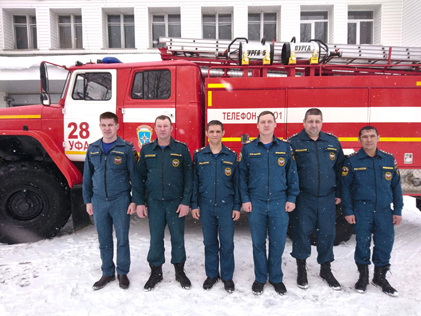 Жильцы дома в городе Уфе поблагодарили пожарных за спасение на пожаре