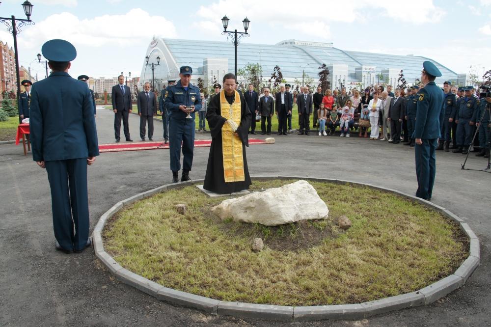 Закладка камня в основание будущего памятника пожарным и спасателям