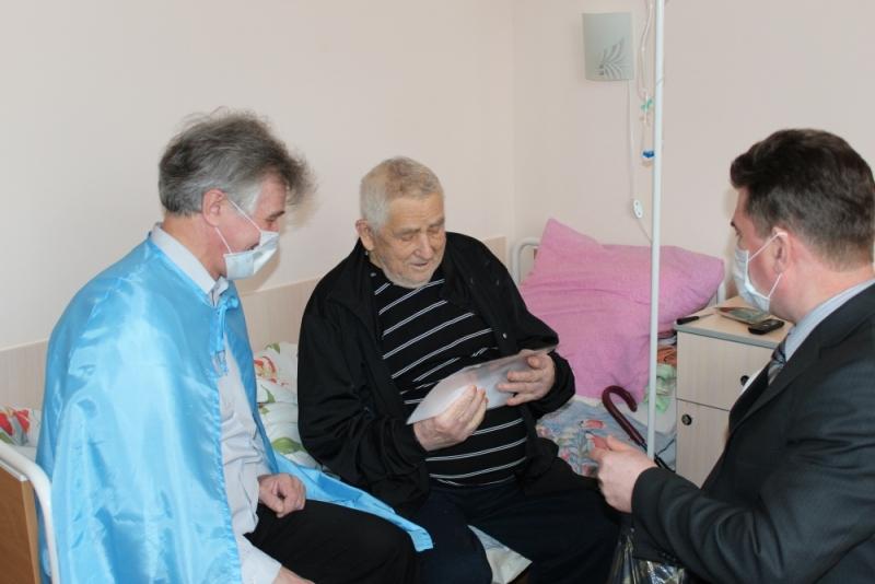 В преддверии Дня защитника Отечества сотрудники МЧС навестили ветерана