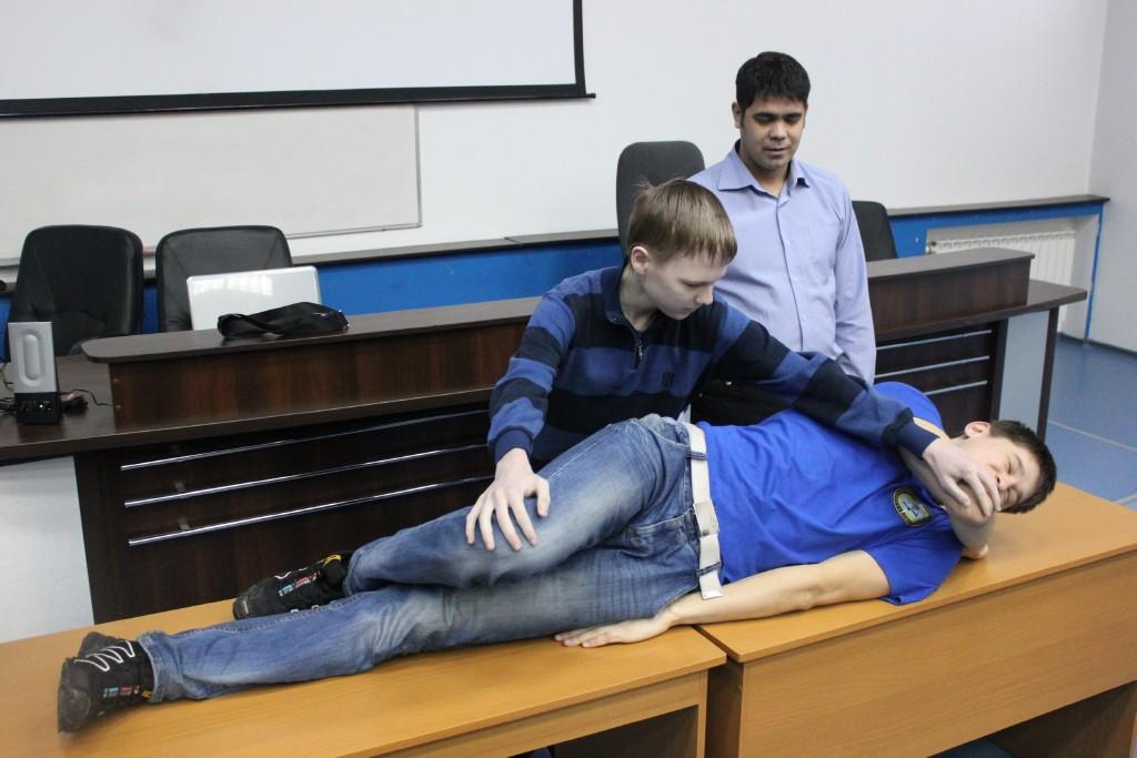 Студенческий спасательный отряд проводит занятие для школьников