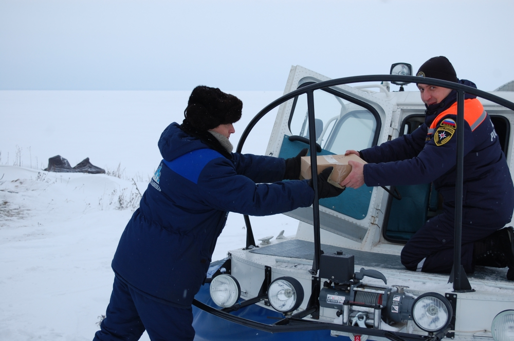 Спасатели доставили продукты на остров Залита в Псковском озере
