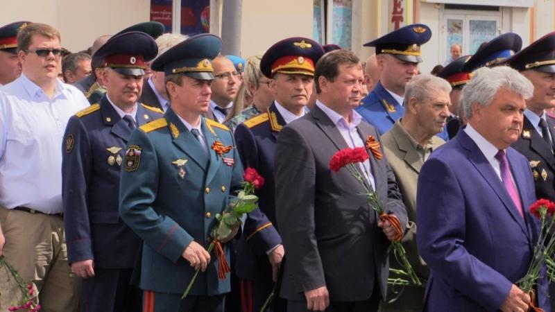 В День памяти и скорби в центре столицы Мордовии цветы к памятнику павшим возложили представители властей, общественных и политических движений, ветераны.