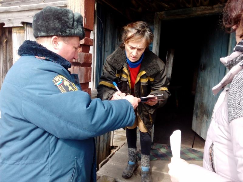 В Сабаево пожарные обошли дома