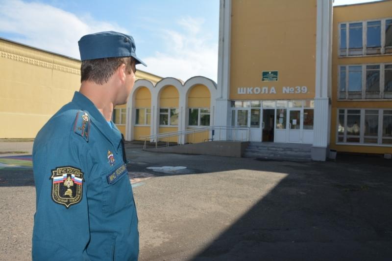 Сотрудники МЧС в составе комиссий принимают школы