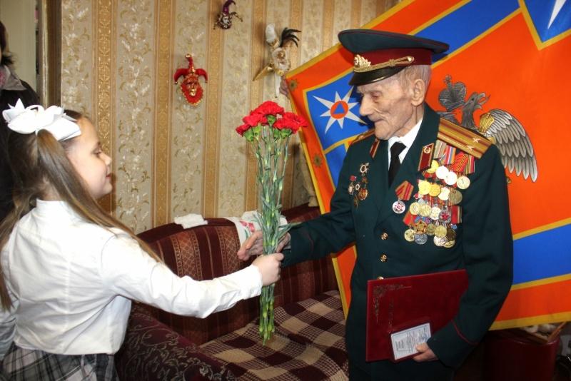Сотрудники ГУ МЧС России по Республике Мордовия навестили ветерана Великой Отечественной войны