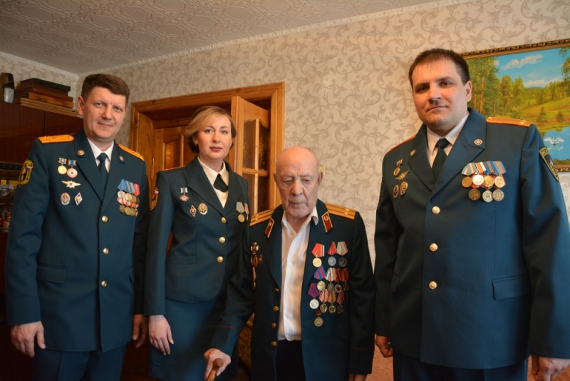 Сотрудники МЧС не забывают своих ветеранов