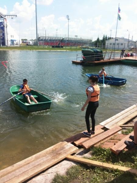 На водном стадионе «Старт» под руководством МЧС и ВОСВОД прошли соревнования среди городских школьных команд.