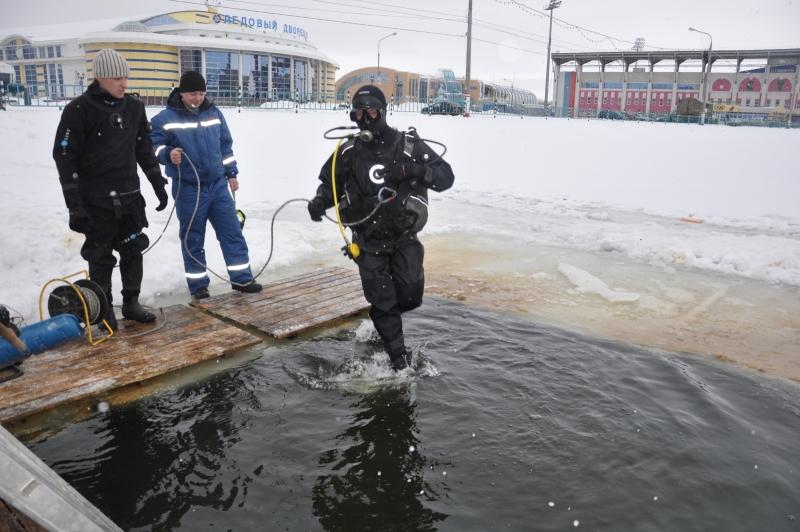 тренировочные спуски водолазной группы на стадионе «Старт»