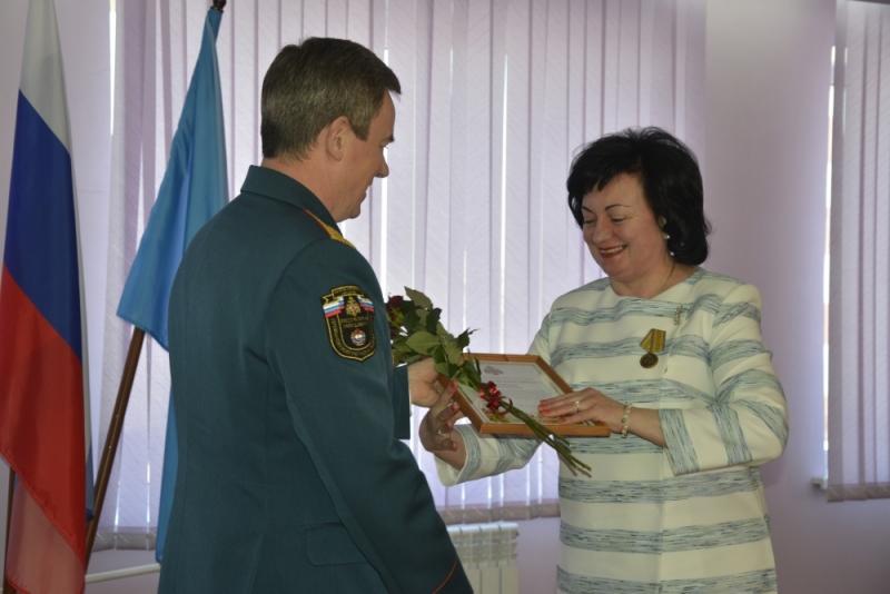 Сотрудники ГУ МЧС поздравили женщин